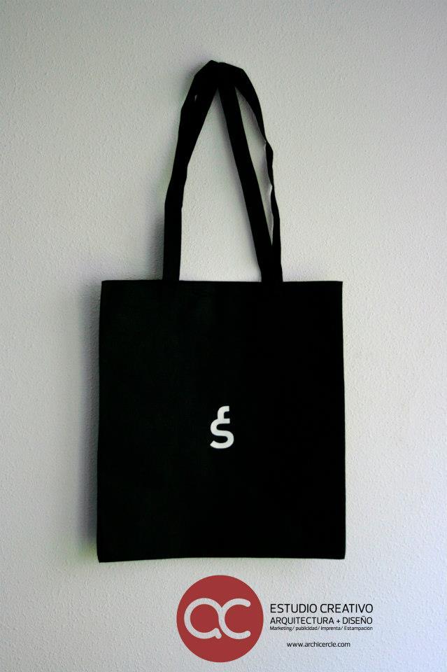 Diseño bolsa Fran Silvestre Arquitectos, impresión serigráfica a 1 color, doble pasada sobre tejido non