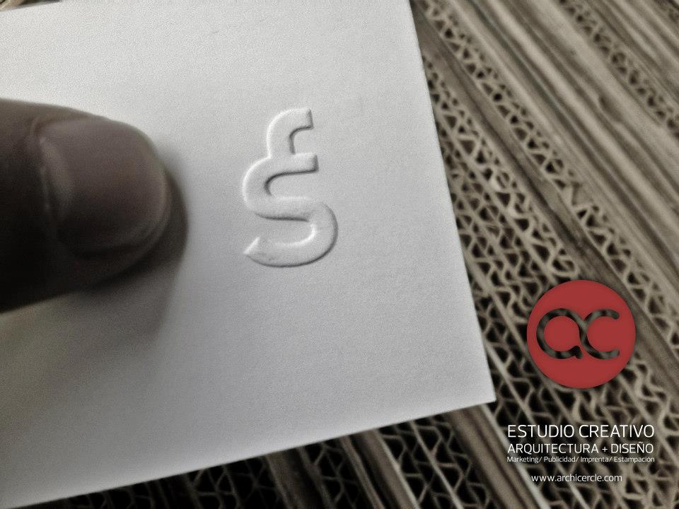 Tarjeta con Cuño grabado en Seco, realizado mediante fresadora CNC. Logo Fran Silvestre Arquitecto