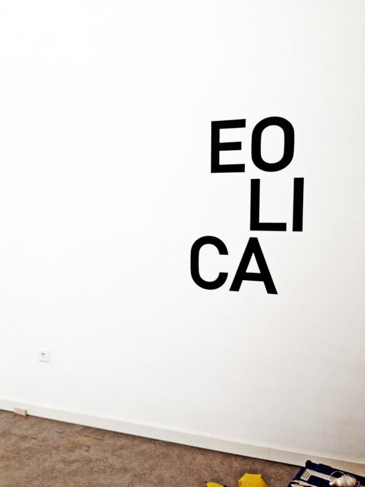 Vinilo de corte negro mate colocado sobre pared de pladur reciente pintada. Medidas 120x80cm